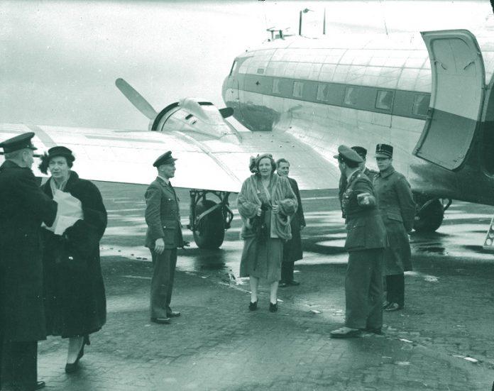 Foto: Aankomst Juliana op vliegbasis Soesterberg, Dakota gevlogen door Bernard, maart 1949, bron NIMH.