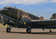 Prins Bernhard vloog met het type Dakota op Soesterberg