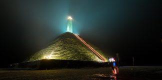 Vrijdag 31 januari van 17.30 uur tot 21.00 uur vindt de jaarlijkse Lichtjeswandeling in de omgeving van de in het licht gezette Pyramide van Austerlitz plaats.