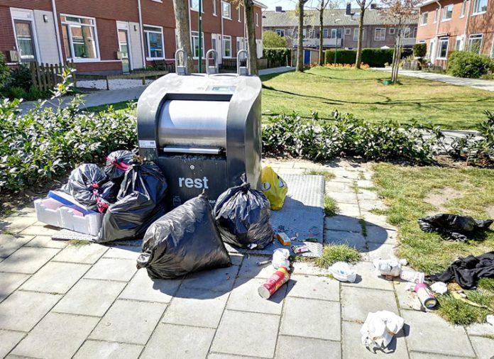 Afvalprobleem rondom Dorpsplein. Foto: Johan Pel