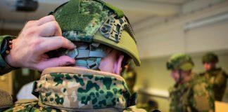"""De Explosieven Opruimingsdienst Defensie (EOD) is afgelopen week in Soesterberg uitgerukt voor een bijzonder verdacht pakketje. Dat gebeurt wel vaker, maar deze keer was de vondst toch wat leuker dan een normale uitruk. Afgelopen week werden de manschappen van de EOD in Soesterberg op een bijzondere wijze voorzien van het STRONG-pakket, dat de aankomende maanden zal worden uitgerold over de gehele krijgsmacht. Na een (oefen-)alarmmelding van een verdacht pakketje, dat door de stafleden zelf was neergelegd, gingen de explosievenopruimers naar Loods 25 om het pakket zorgvuldig te onderzoeken. Het pakketje of eigenlijk een grote kartonnen doos in loods 25 bleek een STRONG-pakket te bevatten voor één van de Soesterbergse explosievenruimers. Het ging hier om het eerste pakket aanvullende- of vervangende soldaatsystemen voor de EOD manschappen. Via het project STRONG (Soldier Transformation OnGoing) krijgen alle militairen van de Nederlandse Krijgsmacht een compleet nieuwe soldaatsysteem. Alles hangt met elkaar samen en past op elkaar. Te denken valt aan helmen, rugtassen, laarzen en draagvesten. Door een simpel """"klikwerk"""" zijn alle persoonlijke onderdelen van de uitrusting aan elkaar te verbinden. Overigens was de bijzondere uitruk een Soesterbergse aangelegenheid, want de inhoud van het STRONG-pakket was eveneens afkomstig uit Soesterberg. Buiten de Explosieven Opruimingsdienst is ook het zogenaamd kledingbedrijf (KPU) van Defensie gevestigd in Soesterberg. De EOD aan het Zeisterspoor heeft inmiddels een prachtig nieuw en modern gebouw, maar ook het KPU heeft grootse bouwplannen waarover we je later informeren."""