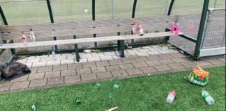 Glasscherven op voetbalveld